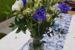 Tischdeko in blau für Gartenparty – Zauberfee – Hochzeiten, Events & freie Reden